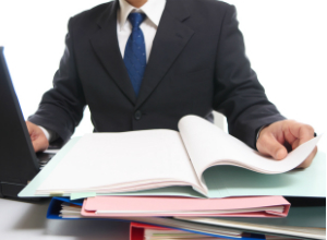 書類を広げる男性